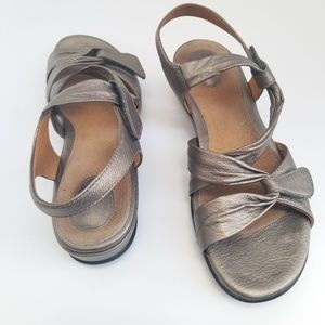 💝🌷 CLARKS - Pewter  Silver Velcro Strappy Sandal